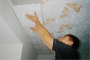 клеет потолочную плитку