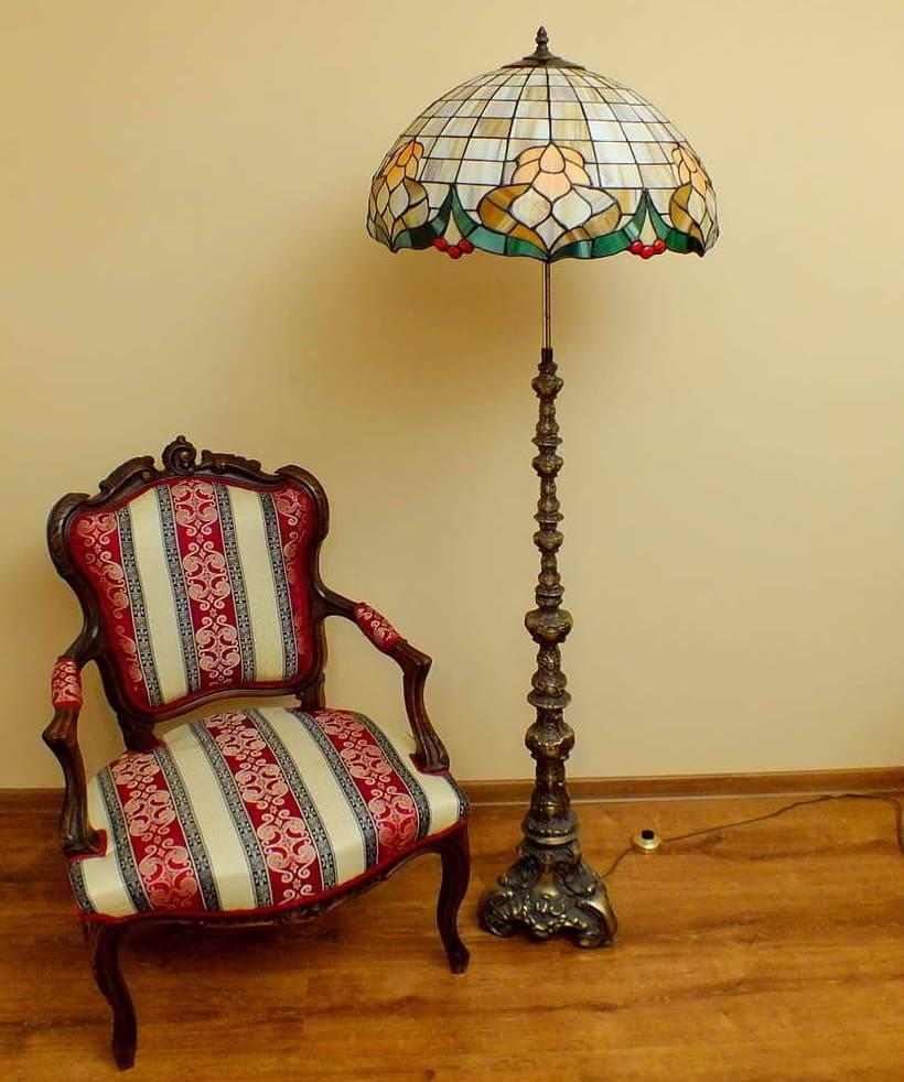 антикварный торшер и кресло
